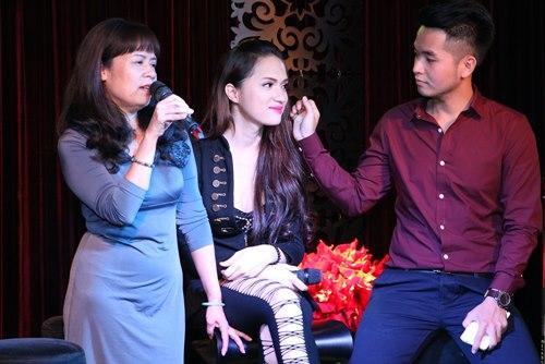 Hương Giang Idol bật khóc bên mẹ - 2