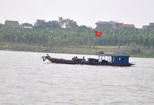 Cả gia đình đi tìm xác nạn nhân bị ném xuống sông - 1