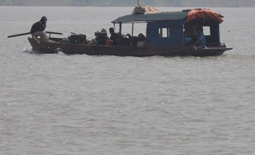 Cả gia đình đi tìm xác nạn nhân bị ném xuống sông - 2