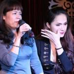 Ca nhạc - MTV - Hương Giang Idol bật khóc bên mẹ
