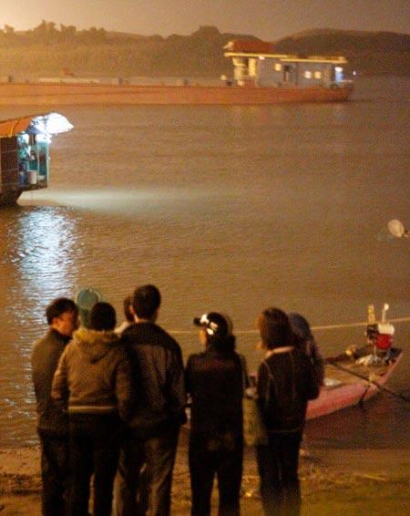 BV Bạch Mai thuê 20 thợ lặn mò tìm thi thể chị Huyền - 2