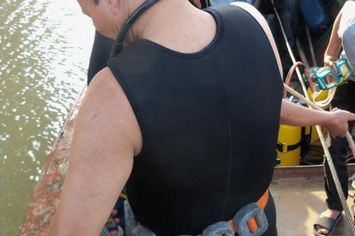 Vụ BS vứt xác bệnh nhân: Lặn tìm dưới chân cầu - 4