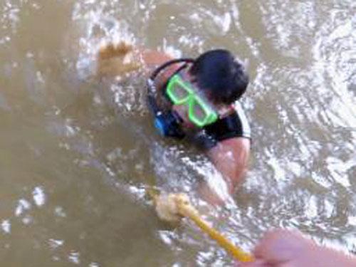 Vụ BS vứt xác bệnh nhân: Lặn tìm dưới chân cầu - 6