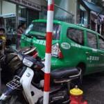 Tin tức Việt Nam - Chỉ vì kẹt xe, taxi náo loạn đường phố