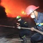 Tin tức trong ngày - Chùm ảnh: Vật lộn dập lửa tại nhà máy Diana