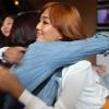 Sistar vui vẻ ký tặng fan Việt