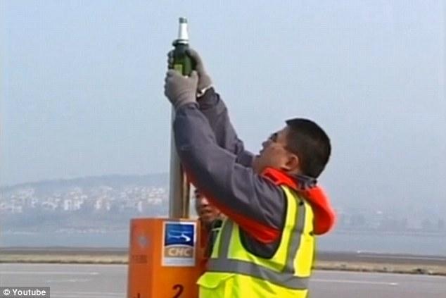 TQ: Phi công dùng trực thăng mở nắp chai bia - 3