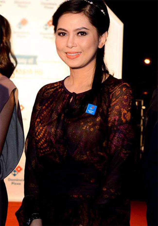 Ngoài nghề diễn viên, trước đây bà còn là một tiếp viên hàng không nổi tiếng xinh đẹp