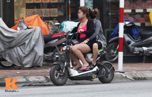 9X đua nhau gợi cảm trên xe đạp điện - 11