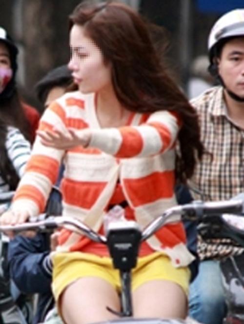 9X khoe thân rầm rộ trên xe đạp điện - 3