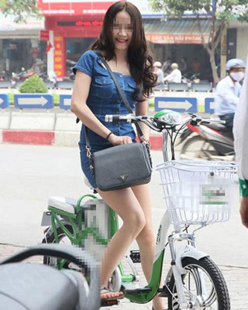 9X khoe thân rầm rộ trên xe đạp điện - 1