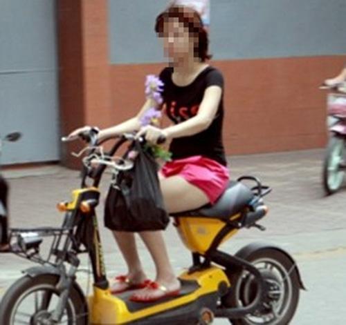 9X đua nhau gợi cảm trên xe đạp điện - 9