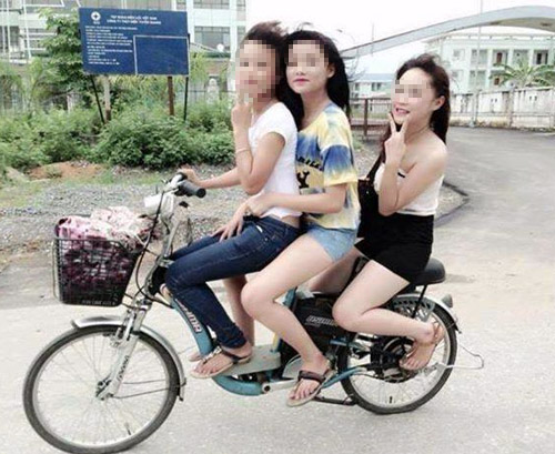 9X khoe thân rầm rộ trên xe đạp điện - 7