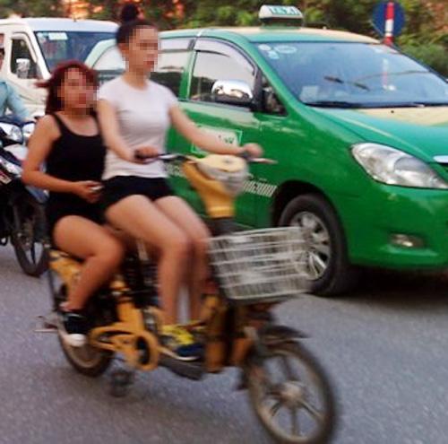 9X đua nhau gợi cảm trên xe đạp điện - 4