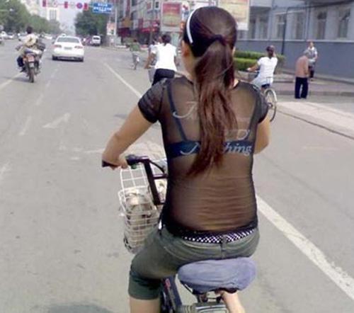 9X khoe thân rầm rộ trên xe đạp điện - 5