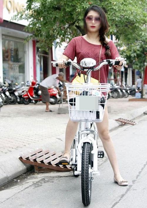 9X khoe thân rầm rộ trên xe đạp điện - 6