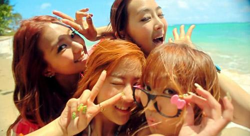 Những MV K-Pop đẹp lung linh trên biển - 11