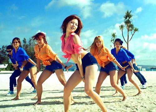 Những MV K-Pop đẹp lung linh trên biển - 19