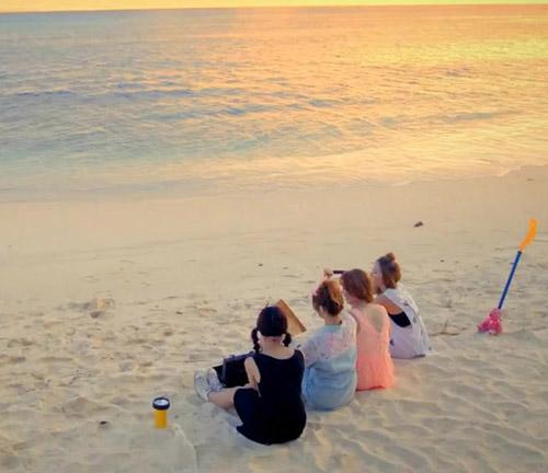 Những MV K-Pop đẹp lung linh trên biển - 15