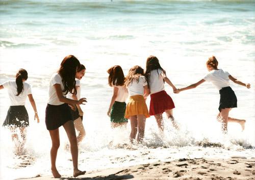 Những MV K-Pop đẹp lung linh trên biển - 18