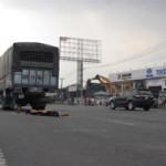Tin tức trong ngày - Sang đường nghe điện thoại, bị xe tải tông chết