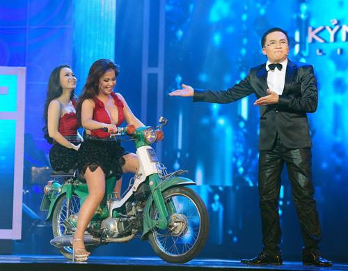 Minh Tuyết, Cẩm Ly đi xe máy trên sân khấu - 3