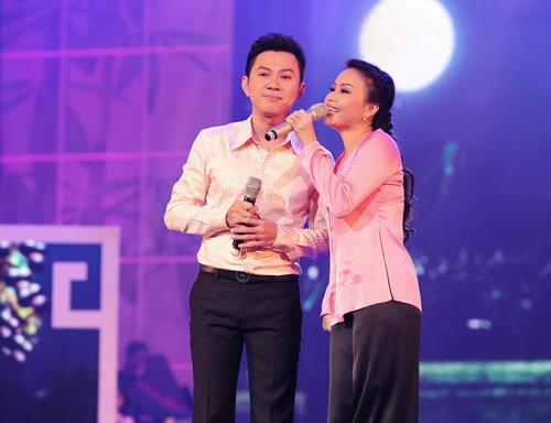 Minh Tuyết, Cẩm Ly đi xe máy trên sân khấu - 17