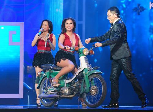 Minh Tuyết, Cẩm Ly đi xe máy trên sân khấu - 2