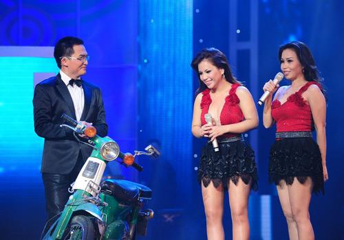 Minh Tuyết, Cẩm Ly đi xe máy trên sân khấu - 1