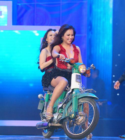 Minh Tuyết, Cẩm Ly đi xe máy trên sân khấu - 4