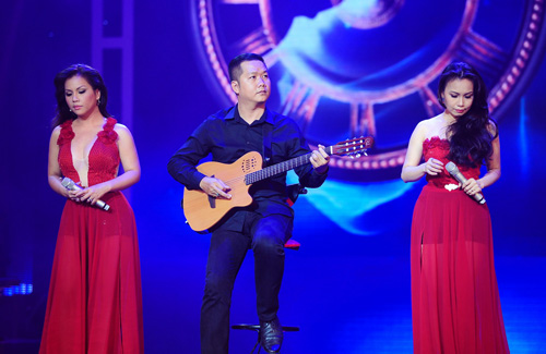 Minh Tuyết, Cẩm Ly đi xe máy trên sân khấu - 6