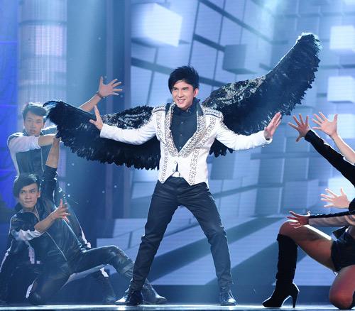 Minh Tuyết, Cẩm Ly đi xe máy trên sân khấu - 11