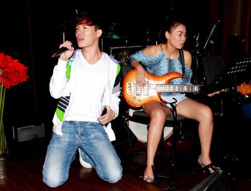 Thu Minh trổ tài chơi ghita điện - 1