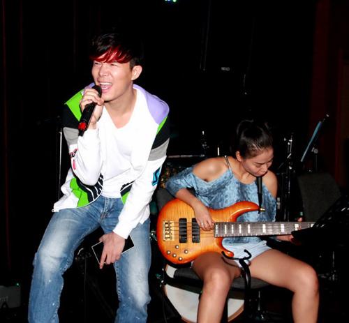Thu Minh trổ tài chơi ghita điện - 2