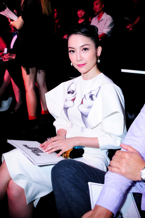 Hồng Nhung táo bạo với váy trong suốt - 5