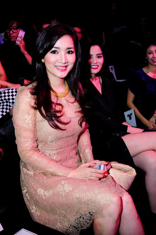 Hồng Nhung táo bạo với váy trong suốt - 7
