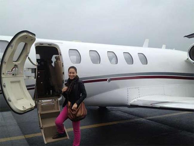 Thu Minh bên chiếc máy bay