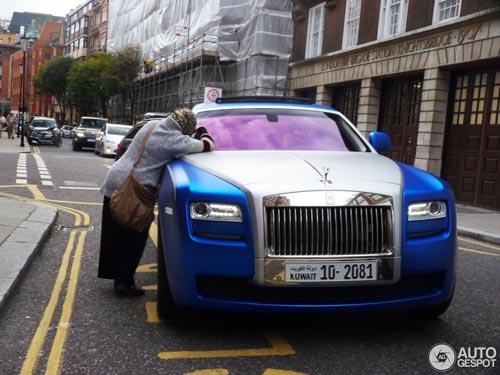 """""""Người ăn xin"""" dựa nắp ca-pô Rolls-Royce đại gia - 1"""