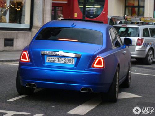 """""""Người ăn xin"""" dựa nắp ca-pô Rolls-Royce đại gia - 10"""