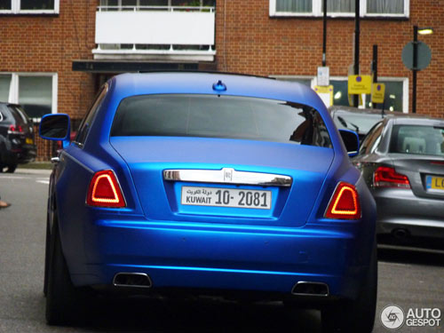 """""""Người ăn xin"""" dựa nắp ca-pô Rolls-Royce đại gia - 2"""
