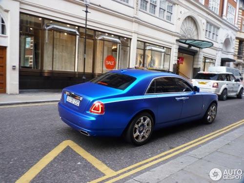 """""""Người ăn xin"""" dựa nắp ca-pô Rolls-Royce đại gia - 4"""