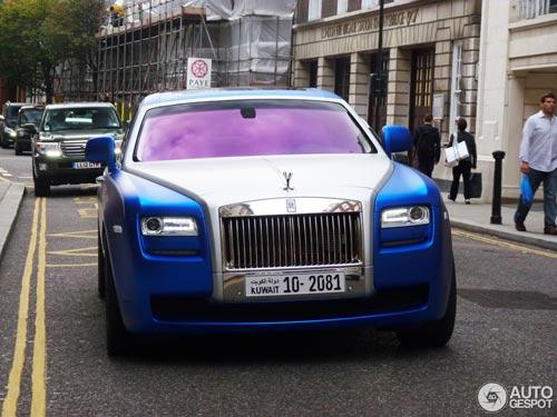 """""""Người ăn xin"""" dựa nắp ca-pô Rolls-Royce đại gia - 6"""