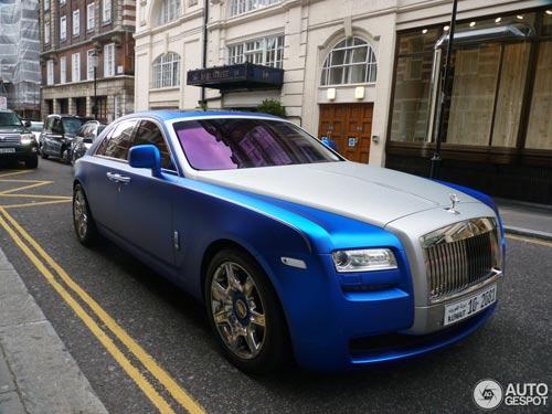"""""""Người ăn xin"""" dựa nắp ca-pô Rolls-Royce đại gia - 7"""