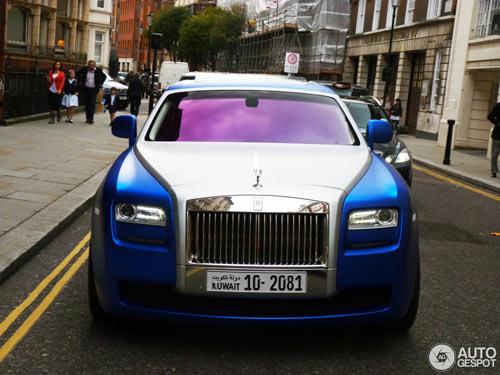 """""""Người ăn xin"""" dựa nắp ca-pô Rolls-Royce đại gia - 9"""