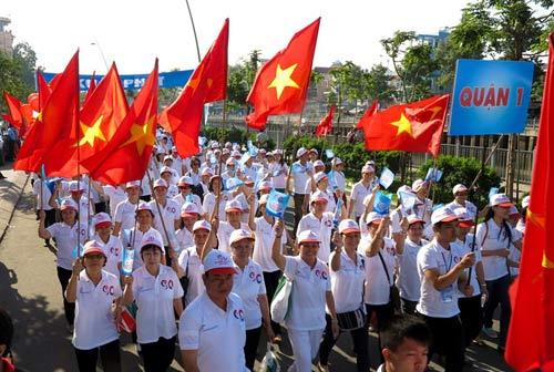 2013 người đi bộ chào đón công dân thứ 90 triệu - 2