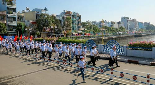 2013 người đi bộ chào đón công dân thứ 90 triệu - 3