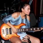 Ca nhạc - MTV - Thu Minh trổ tài chơi ghita điện