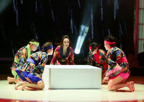"""Minh Hằng """"nhào lộn"""" trên sân khấu - 3"""