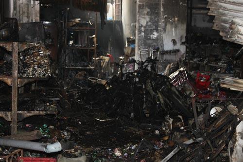 Cháy cửa hàng trong đêm, 1 nhà 4 người chết - 2