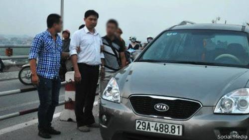 Vụ BS vứt xác: Nghi vấn dấu vết trên xe ô tô - 1